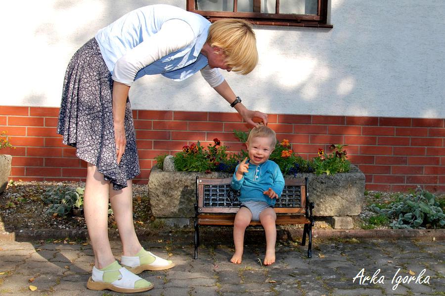 na ławce z mamą