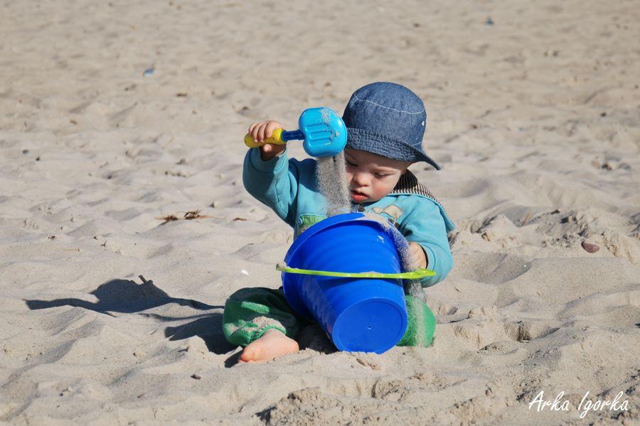 na plaży z wiaderkiem
