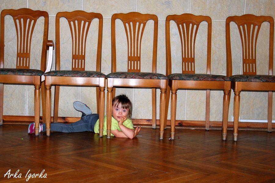 pod krzesłami